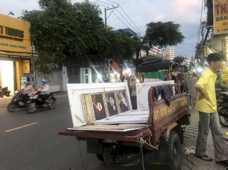 Vận chuyển tranh in canvas đã đóng khung sexy bằng xe ba gác - từ văn phòng In Kỹ Thuật Số Since 2006