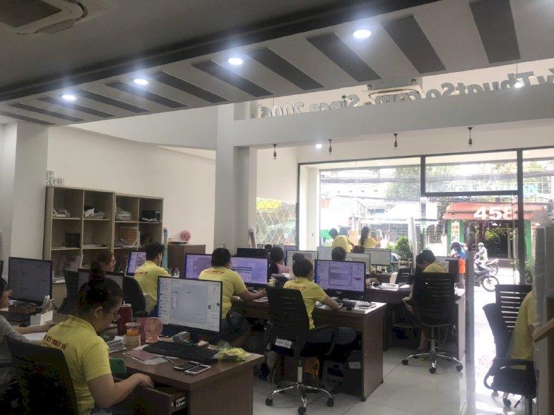 Đội ngũ nhân viên kinh doanh - hỗ trợ báo giá in nhanh lấy hàng ngay tại văn phòng công ty